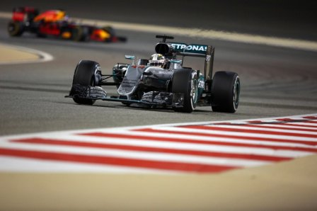 Льюис Хэмилтон в гонке на Гран При Бахрейна 2016