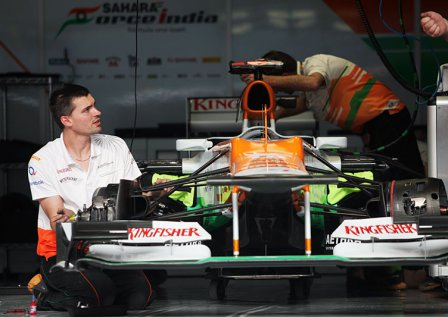 Болид команды Force India в боксах на Гран При Бахрейна 2012