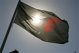 Флаг Формулы 1 на солнце