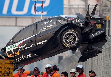 Автомобиль Audi Тимо Шайдер после аварии на гонке в Шанхае серии DTM 2010
