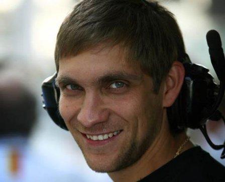 Виталий Петров в боксах команды Renault на тестах шин Pirelli в Абу-Даби 2010