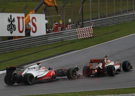 Столкновение Дженсона Баттона и Нараина Картикеяна в гонке на Гран При Малайзии 2012