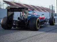 Болид команды McLaren во время тестов в Барселоне 2016