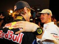 Михаэль Шумахер поздравляет Себастьяна Феттеля с победой в чемпионате 2010