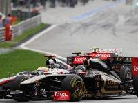 Ник Хайдфельд и Льюис Хэмилтон в гонке на Гран При Малайзии 2011