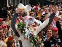 Дэн Уэлдон после победы в гонке Инди 500 2011